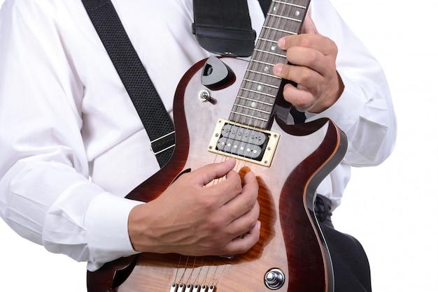 Junger musiker, der die gitarre, getrennt spielt