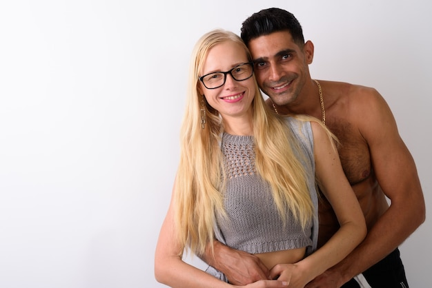 Junger muskulöser persischer mann und schöne blonde frau zusammen