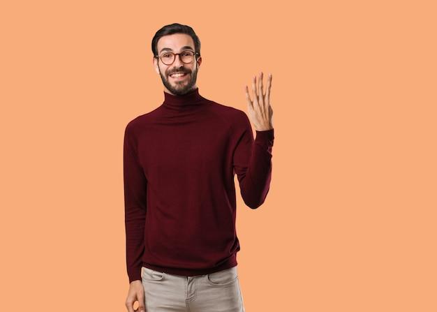 Junger natürlicher mann, der nummer vier zeigt