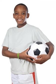 Junger netter junge, der einen fußball über weißem hintergrund hält