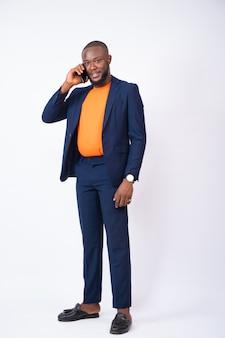 Junger nigerianischer geschäftsmann beim telefonieren