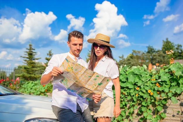Junger paartourist, der auf sommerferien genießt
