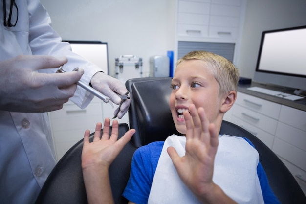 Junger patient hatte angst während einer zahnärztlichen untersuchung