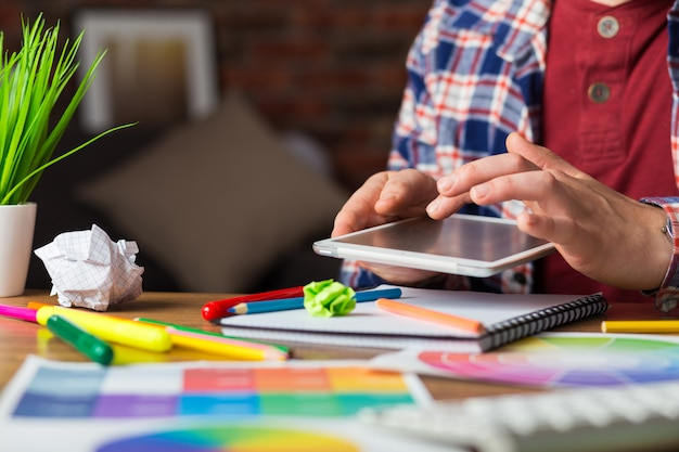 Junger perspektivischer designer mit grafiktablett im modernen büro