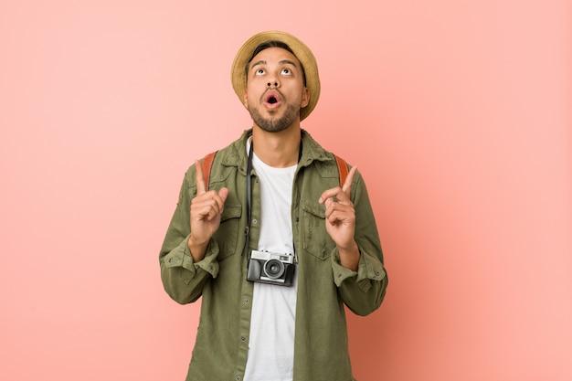 Junger philippinischer reisendmann, der oberseite mit geöffnetem mund zeigt.