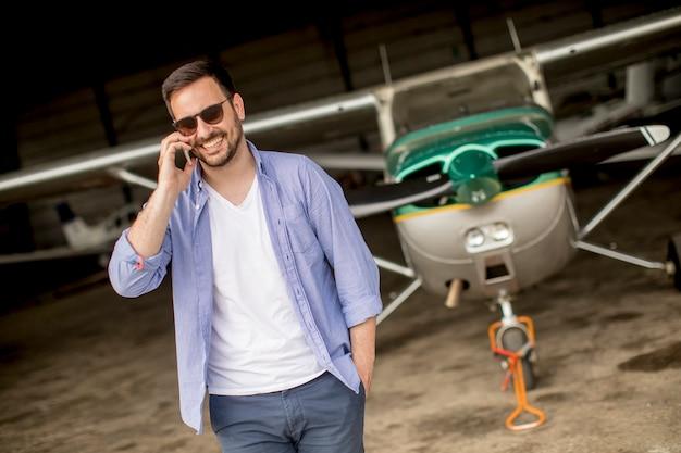 Junger pilot, der ultralight flugzeug vor flug überprüft