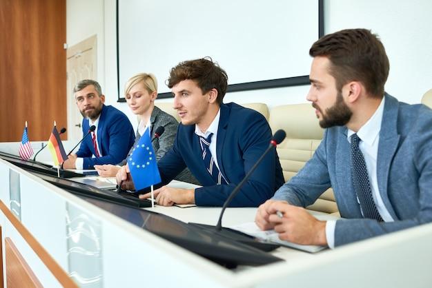 Junger politiker, der in der politischen debatte spricht