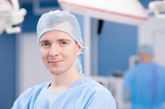 Junger professioneller arzt oder chirurg in uniform