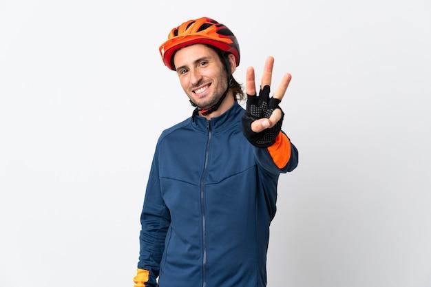 Junger radfahrermann lokalisiert auf weiß glücklich und zählt drei mit den fingern