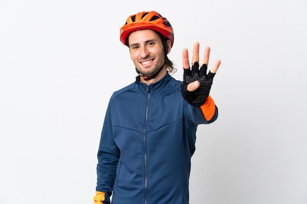 Junger radfahrermann lokalisiert auf weißem hintergrund glücklich und zählt vier mit den fingern