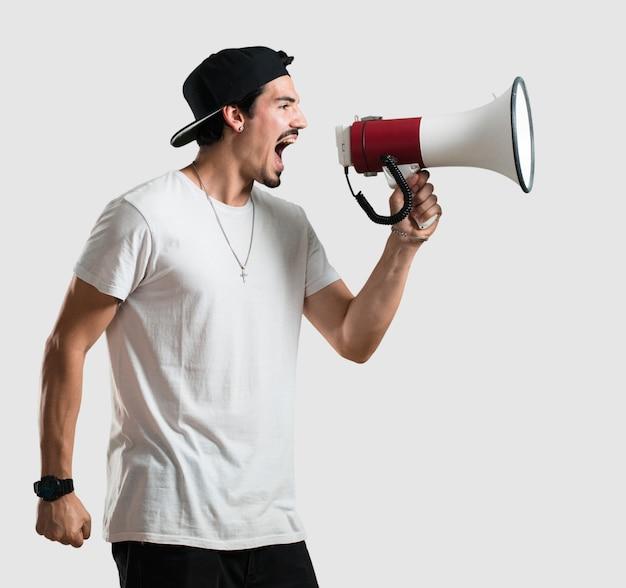 Junger rapper mann bedeckung mund, symbol der stille und unterdrückung, versuchen, nichts zu sagen
