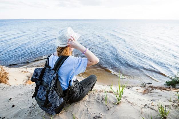 Junger reisender, der meer betrachtet