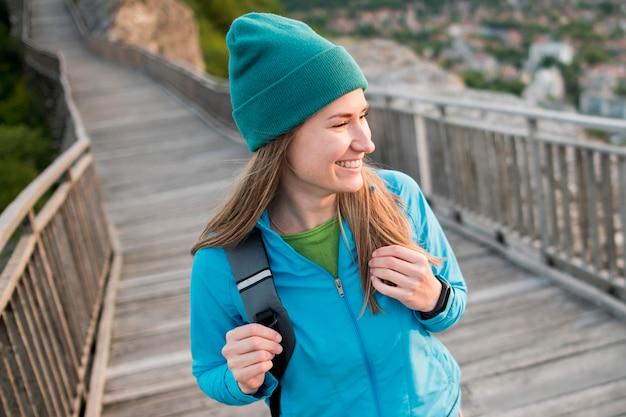 Junger reisender der nahaufnahme mit mütze, die urlaub genießt