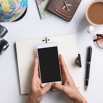 Junger reisender, der urlaubsreise plant und informationen sucht oder hotel auf laptop und smartphone bucht, reisekonzept