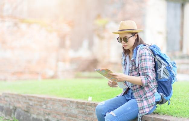 Junger reisender las karte im alten tempel