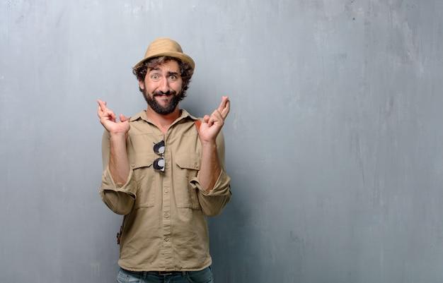 Junger reisender mann oder tourist kreuzung finger