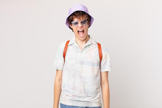 Junger reisender oder touristenmann, der aggressiv schreit und sehr wütend aussieht