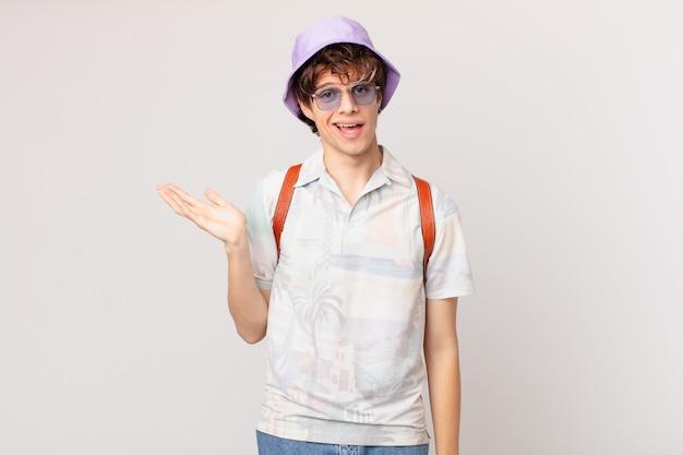 Junger reisender oder touristenmann, der sich glücklich fühlt, überrascht, eine lösung oder idee realisierend