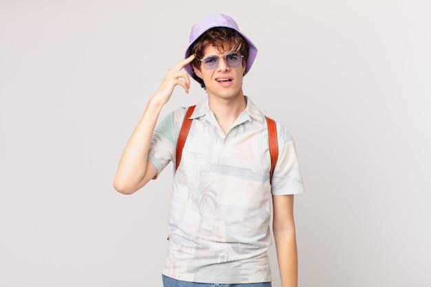 Junger reisender oder touristenmann, der sich verwirrt und verwirrt fühlt und zeigt, dass sie verrückt sind