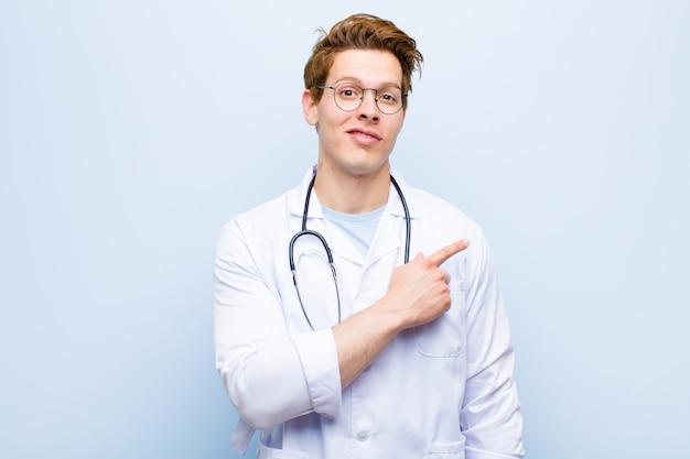 Junger roter hauptdoktor, der freundlich lächelt und glücklich sich fühlt