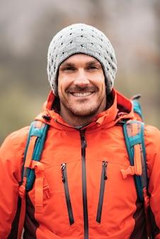 Junger rucksacktourist, der natur genießt. bergsteiger-konzept.