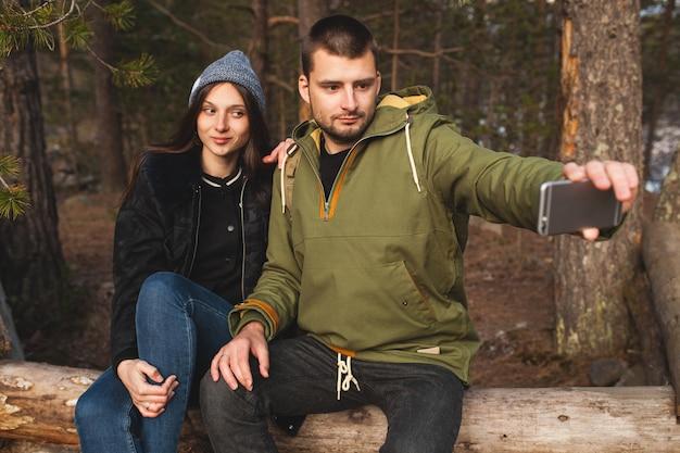Junger schöner hipster mann und frau in der liebe, die zusammen in der wilden natur reisen