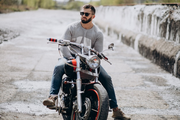 Junger schöner mann auf motorradreisen