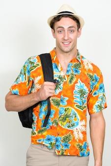 Junger schöner touristenmann bereit für urlaub isoliert