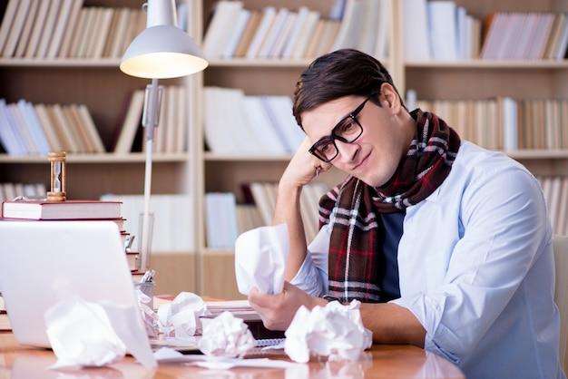 Junger schriftsteller, der in der bibliothek arbeitet