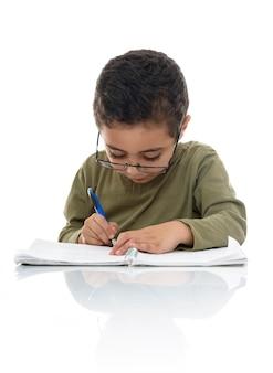 Junger schüler, der mit konzentration studiert