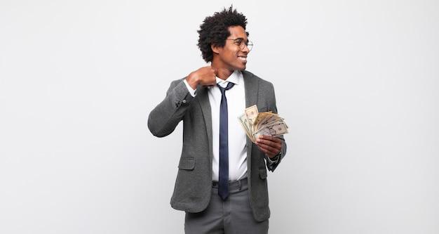 Junger schwarzer afro-mann, der sich gestresst, ängstlich, müde und frustriert fühlt, hemdhals zieht und mit problem frustriert aussieht