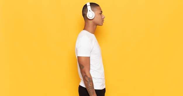 Junger schwarzer mann auf profilansicht, der raum voraus kopiert, denkt, sich vorstellt oder träumt