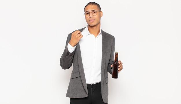 Junger schwarzer mann, der arrogant, erfolgreich, positiv und stolz aussieht und auf sich selbst zeigt