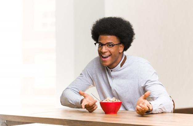 Junger schwarzer mann, der ein frühstückstanzen hat und spaß hat