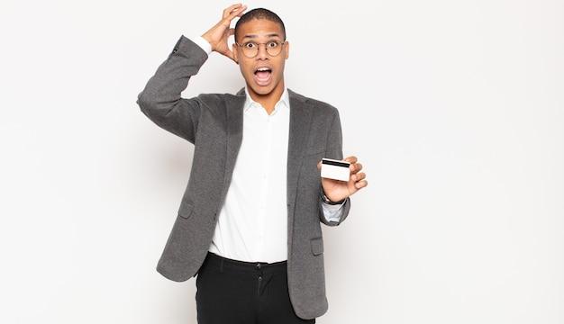 Junger schwarzer mann, der mit den händen in der luft schreit und sich wütend, frustriert fühlt