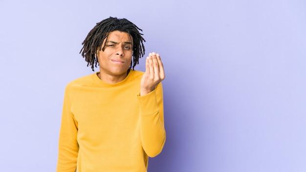 Junger schwarzer mann, der rasta-frisur trägt, die zeigt, dass sie kein geld hat.
