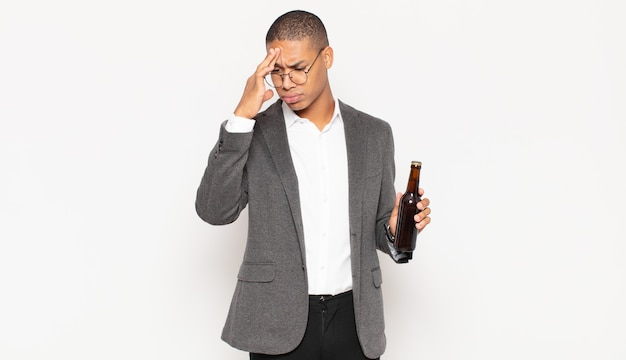 Junger schwarzer mann, der sich nach einem lästigen, gelangweilt, frustriert und schläfrig fühlt