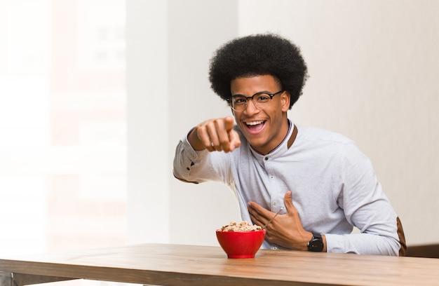 Junger schwarzer mann, der träume eines frühstücks des erreichens der ziele und der zwecke hat