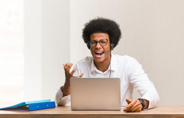 Junger schwarzer mann des telemarketing sehr erschrocken und ängstlich