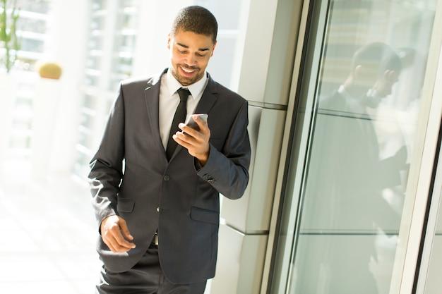 Junger schwarzer mann im büro
