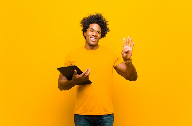 Junger schwarzer mann mit einer tablette