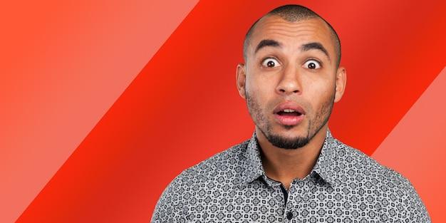 Junger schwarzer mann reagiert verwirrt und überrascht