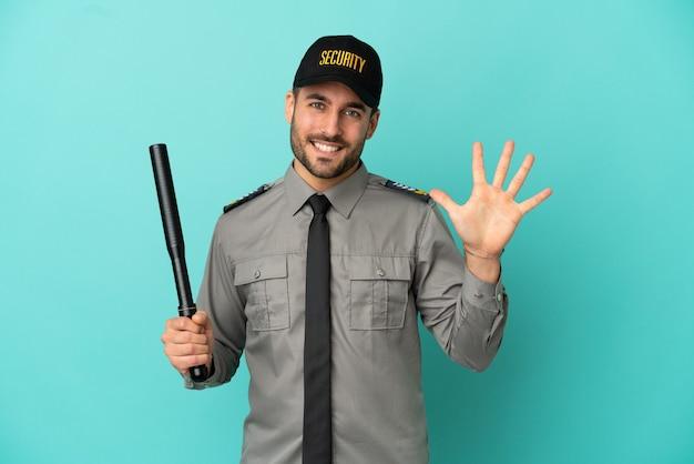 Junger sicherheitsmann isoliert auf blauem hintergrund, der fünf mit den fingern zählt