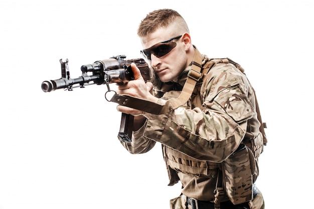 Junger soldat, der mit gewehr zielt