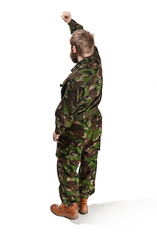 Junger soldat, der tarnuniform trägt, lokalisiert auf weiß