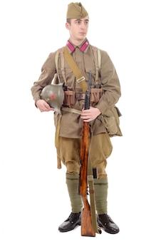 Junger sowjetischer soldat mit gewehr
