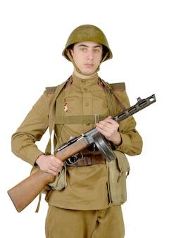 Junger sowjetischer soldat mit maschinengewehr ppsh-41