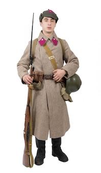 Junger sowjetischer soldat mit winteruniform auf dem weißen hintergrund