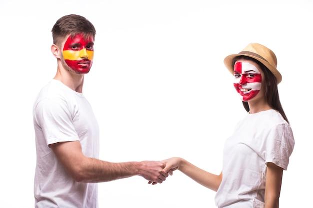 Junger spanischer und kroatischer fußballfan-handschlag lokalisiert auf weißer wand