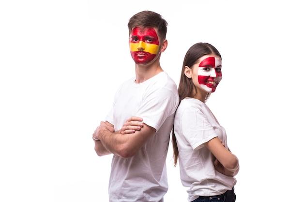 Junger spanischer und kroatischer fußballfan lokalisiert auf weißer wand